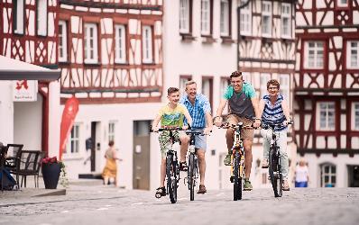 Familie radelt die Marktstraße hoch