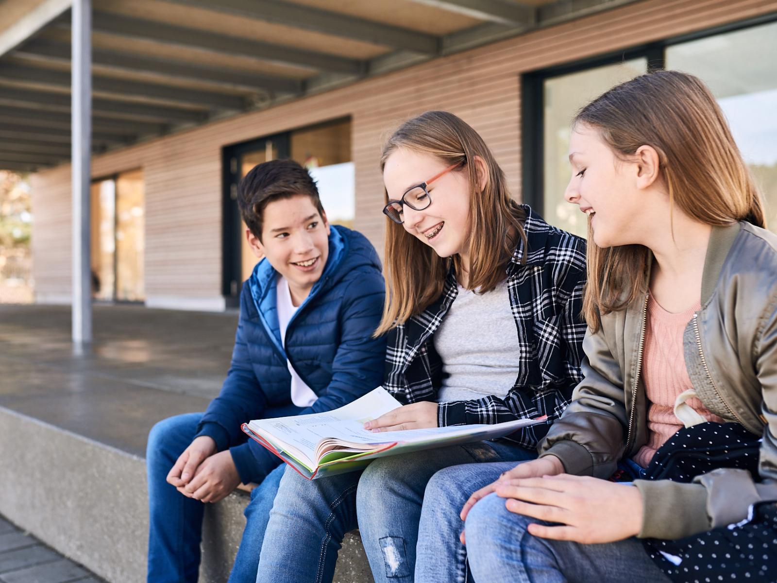 Drei jugendliche lernen vor der Mensa in Trochtelfingen