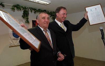 Städtepartnerschaft Bürgermeister von Máriahalom und Trochtelfingen mit Urkunden